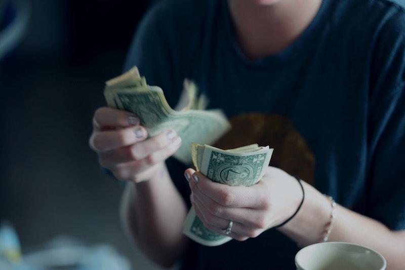 paying-cash-dishonesty